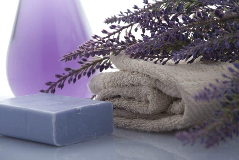 beige-braunes Saunahandtuch mit Lavendel und Seifenblock