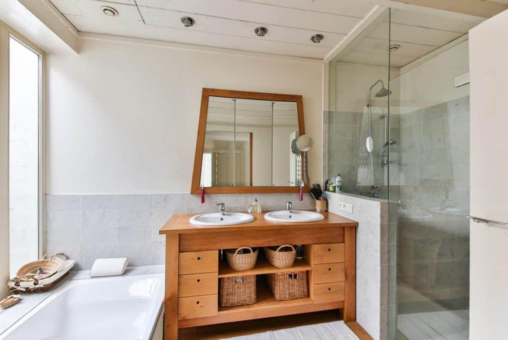 Dampfdusche - Badezimmer mit wunderschönem Waschtisch aus Holz und Dusche mit Glas