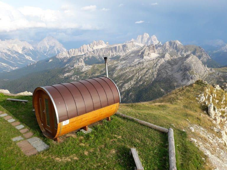 Fasssauna - Saunafass aus Holz mit braunem Dach auf einem Berg