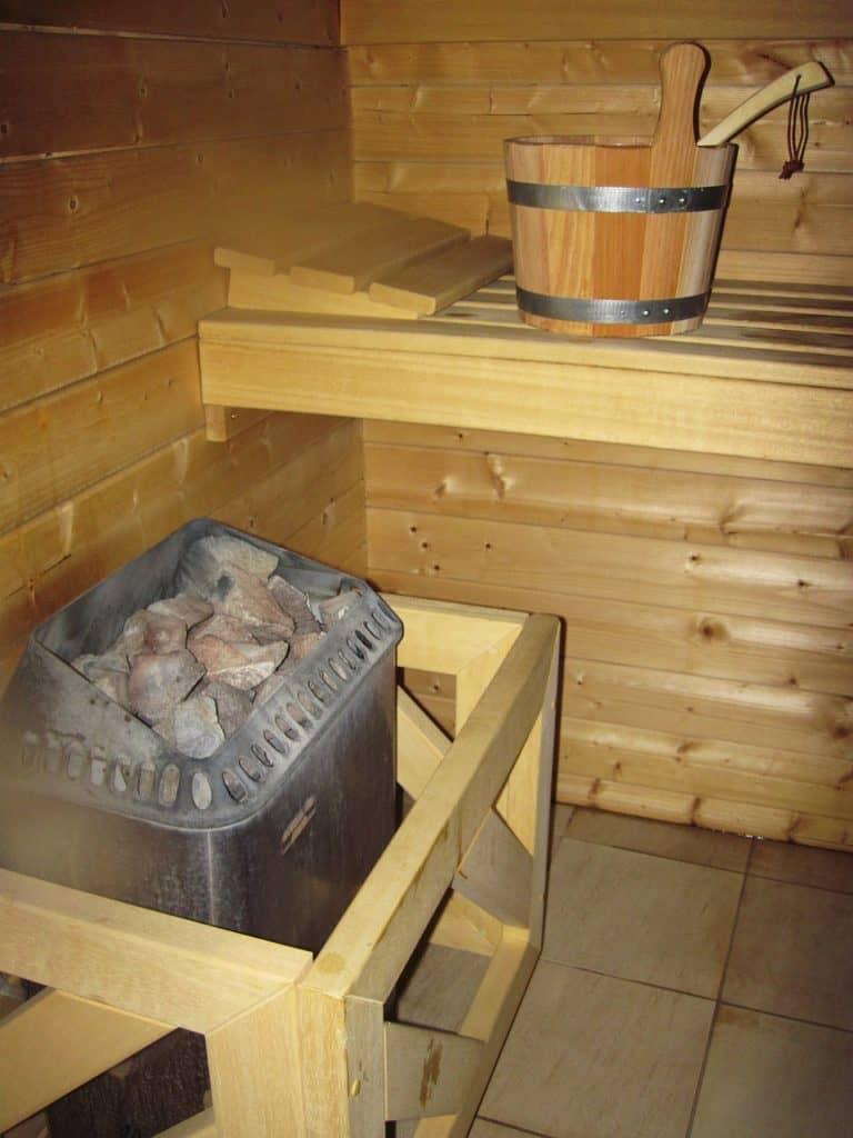 Elektrischer Saunaofen in kleiner Holzsauna