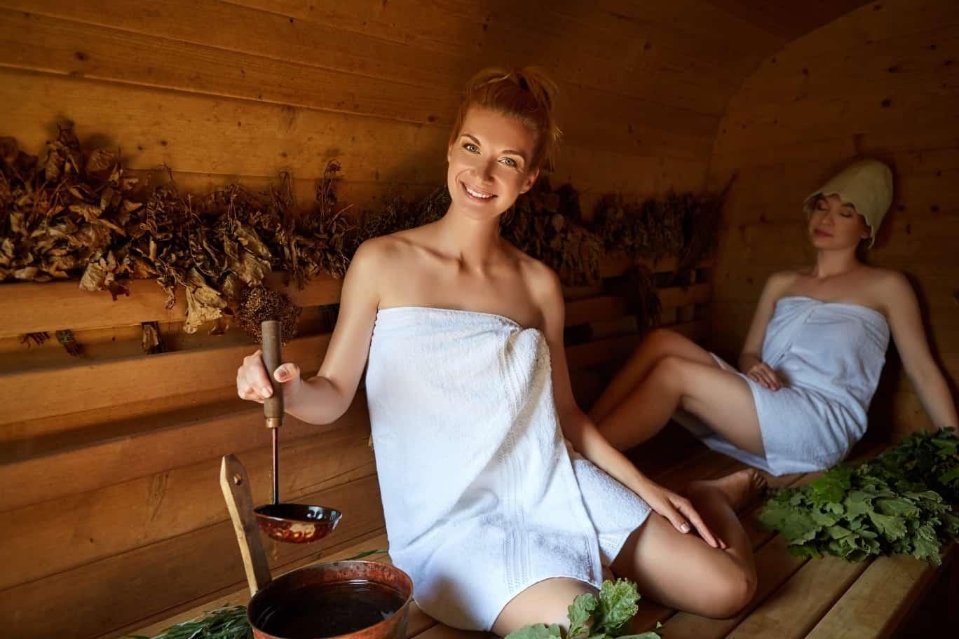Frau in Handtuch macht Sauna-Aufguss - Titelbild Sauna-Thermometer und Hygrometer