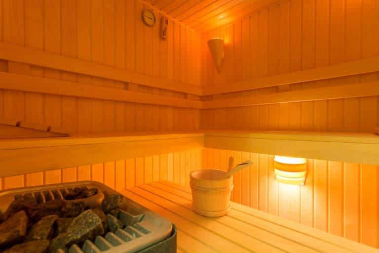 Saunakabine mit Aufgusseimer und Saunabeleuchtung