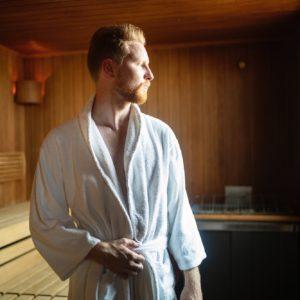Mann in Sauna denkt nach - wie oft in die Sauna ist gut und gesund