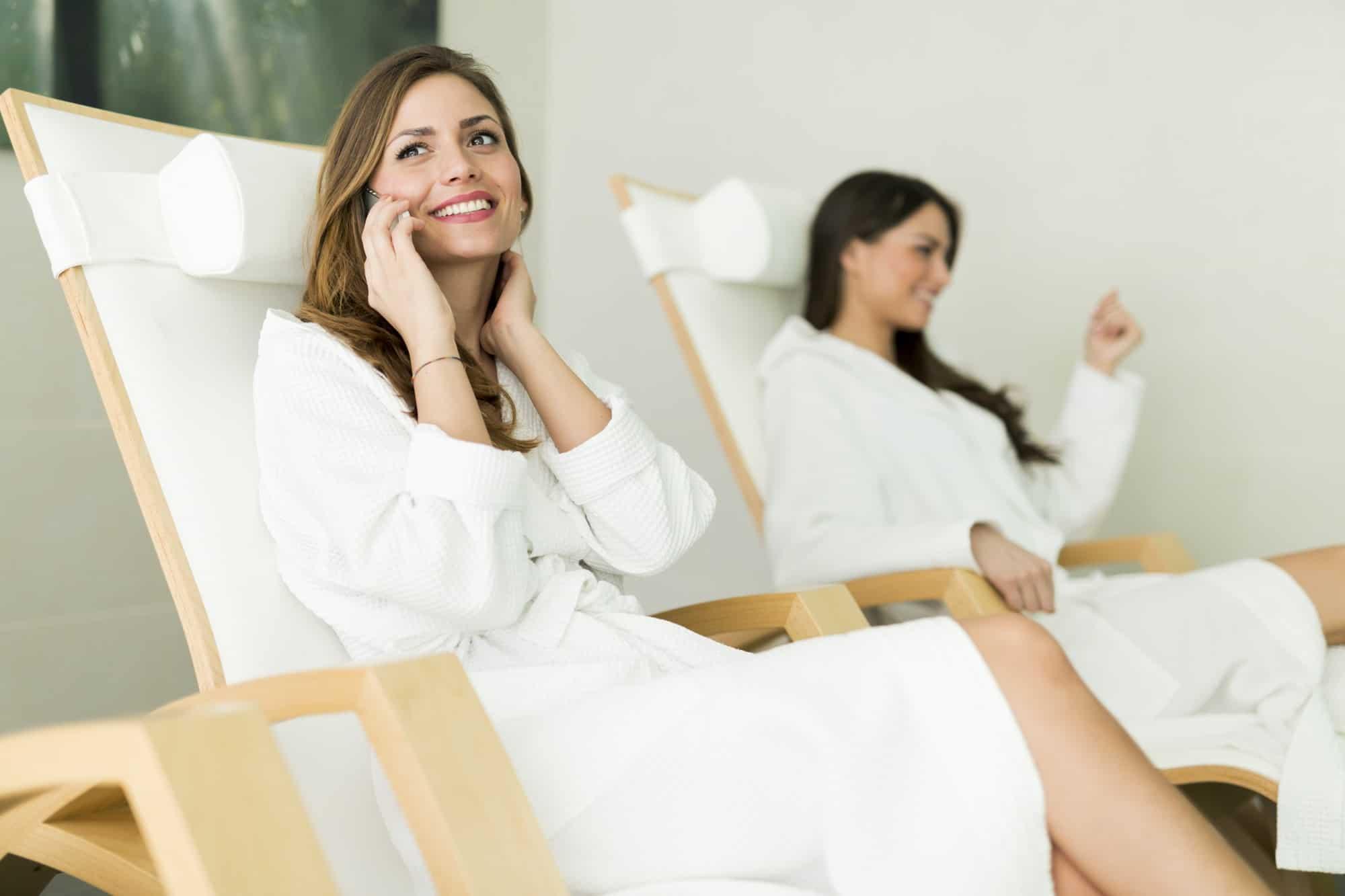 zwei Frauen in Bademäntel machen Ruhepause nach Sauna