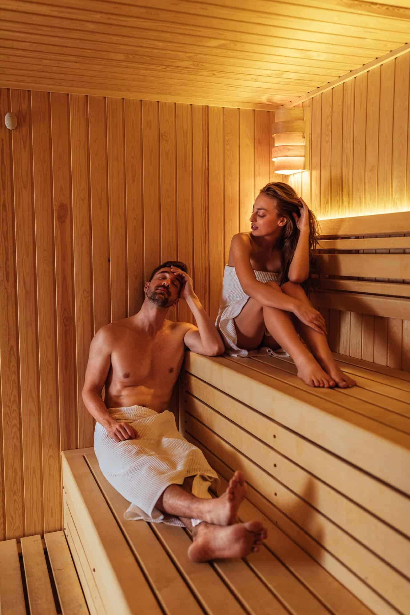 Mann und Frau hören Musik mit Sauna-Lautsprechern