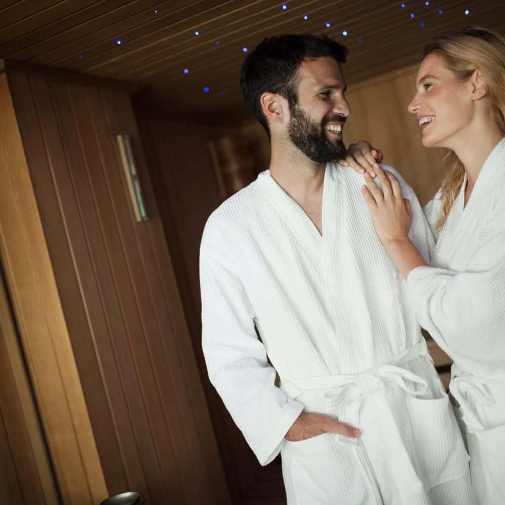 Mann und Frau zum ersten Mal in der Sauna