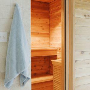 Blick in die offene Innensauna - mit Handtuch am Haken